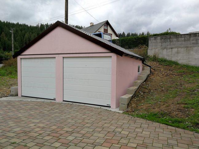 Garáž v ružovej omietke so sedlovou strechou