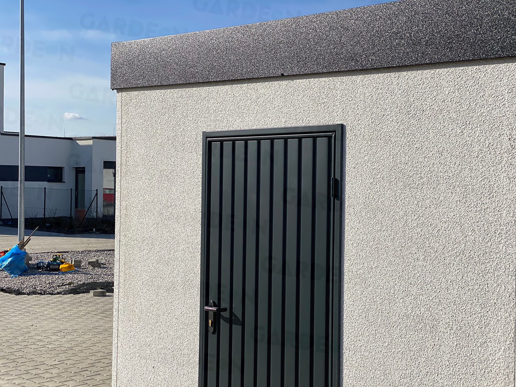 Sivá atika a dvere na montovanej garáži