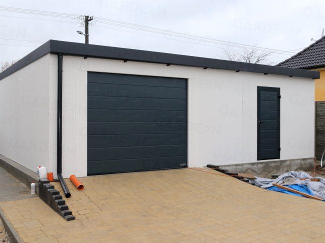 Zadná strana garáže s garážovou bránou a dverami