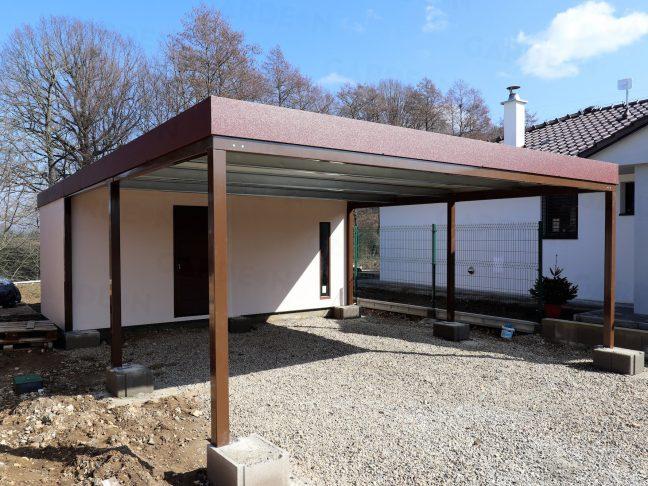 Záhradný domček s hnedým prístreškom pre dve autá