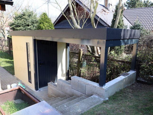 Záhradný domček s atypickým prístreškom