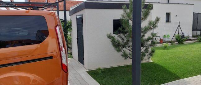 Záhradný domček na parkovisku pre auto