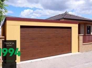 Garáž s hnedou garážovou bránou