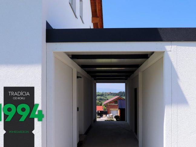 Atypická garáž s čiernou atikou