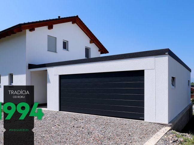 Atypická garáž s čiernymi garážovými dverami
