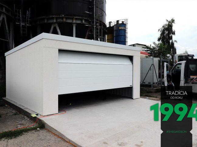 Svetlá garáž pre dve autá s pootvorenými dverami
