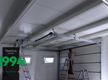 Montážny pracovník vo vnútri garáže pri montáži