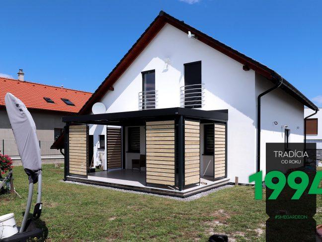 Tmavá pergola bieleho domu z pravej strany