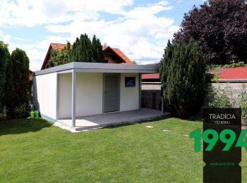 BIely záhradný domček na záhrade s prestrešením