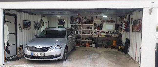 Auto zaparkované v garáži