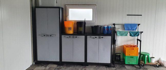 Skrinky s kíbľami vo vnútri garáže