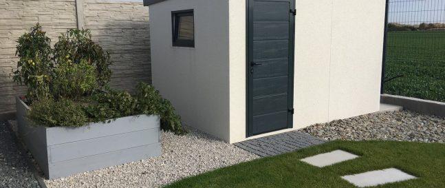 Biely záhradný domček s tmavou atikou z ľavej strany